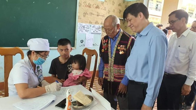 GS. TS. Nguyễn Thanh Long - Quyền Bộ trưởng Bộ Y tế kiểm tra công tác tiêm vaccine phòng, chống bệnh bạch hầu (Ảnh: Vũ Mạnh Cường)