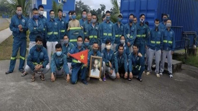Công nhân Việt Nam ở Guinea Xích đạo chụp ảnh gửi về quê nhà qua mạng xã hội. (Ảnh: PLO)