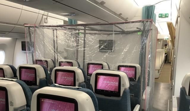 Buồng áp lực dương tiêu diệt virus đã được đặt trên máy bay chở 120 công dân Việt Nam mắc COVID-19 từ Guinea Xích đạo về nước (Ảnh: BVCC)