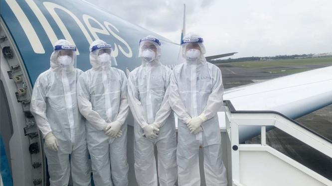 2 bác sĩ cùng 2 điều dưỡng trên chuyến bay chở công dân từ Guinea Xích đạo về nước (Ảnh: Đặng Thanh)