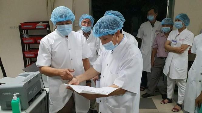 Thứ trưởng Bộ Y tế Nguyễn Trường Sơn kiểm tra công tác cách ly, điều trị bệnh nhân mắc COVID-19 (Ảnh: Vũ Mạnh Cường)