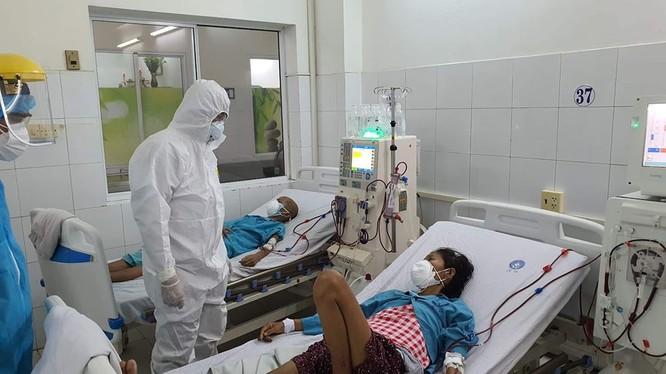 Thứ trưởng Bộ Y tế Nguyễn Trường Sơn thăm hỏi bệnh nhân (Ảnh: Vũ Mạnh Cường)
