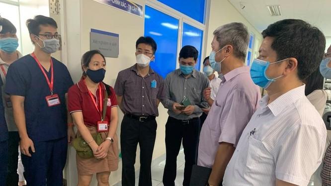 Thứ trưởng Bộ Y tế Nguyễn Trường Sơn kiểm tra công tác điều trị bệnh nhân mắc COVID-19 tại Bệnh viện Đa khoa Trung ương Quảng Nam (Ảnh: Anh Văn)