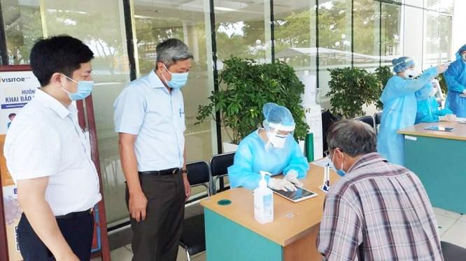 Thứ trưởng Bộ Y tế Nguyễn Trường Sơn kiểm tra công tác tiếp nhận bệnh nhân tại Bệnh viện Quân Y 17 (Ảnh: Anh Văn)