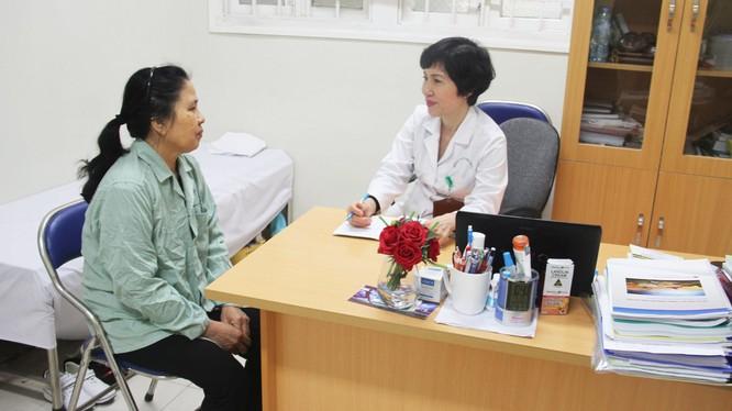 Bác sĩ khám bệnh cho bệnh nhân tại Bệnh viện Hữu Nghị (Ảnh: Hương Thủy)