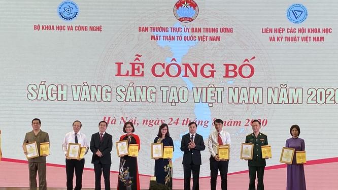 7 công trình tiêu biểu phòng, chống COVID-19 của nhiều nhóm tác giả khác nhau đã được vinh danh tại lễ công bố sách vàng sáng tạo Việt Nam (Ảnh: MTTQ VN)