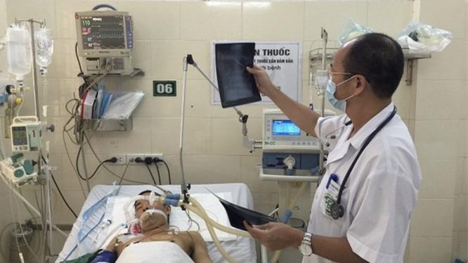 PGS.TS Đỗ Duy Cường thăm khám cho bệnh nhân tại Trung tâm Bệnh Nhiệt đới, Bệnh viện Bạch Mai (Ảnh: Mai Thanh)
