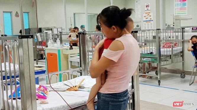 Cha mẹ chăm sóc cho trẻ tại bệnh viện. Ảnh: Minh Thúy