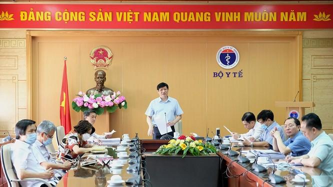 Quyền Bộ trưởng Bộ Y tế Nguyễn Thanh Long chủ trì cuộc họp giao ban trực tuyến với các bệnh viện trung ương và Sở Y tế các tỉnh, thành phố (Ảnh: Trần Minh)