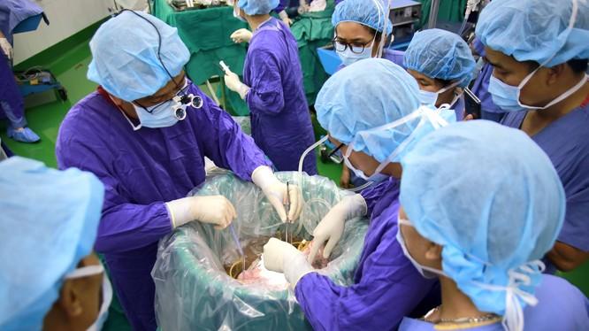Bác sĩ phẫu thuật ghép phổi cho bệnh nhân Đ. (Ảnh: BVCC)
