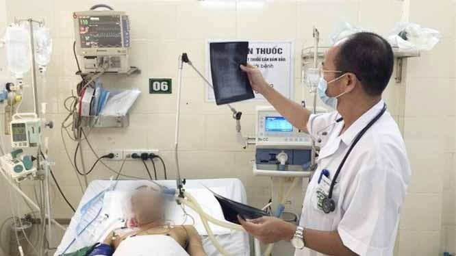 PGS.TS. Đỗ Duy Cường - Giám đốc Trung tâm Bệnh Nhiệt đới, Bệnh viện Bạch Mai - khám bệnh cho bệnh nhân (Ảnh: BVCC)
