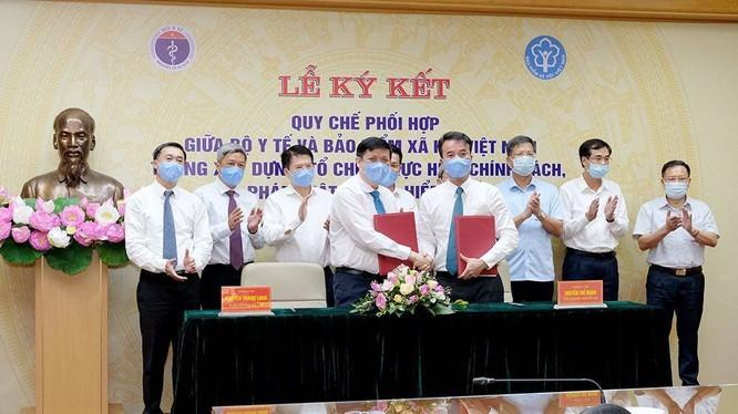 Bộ Y tế và Bảo hiểm xã hội Việt Nam ký kết quy chế phối hợp nhằm giải quyết vướng mắc của bảo hiểm y tế (Ảnh: Phạm Hằng)