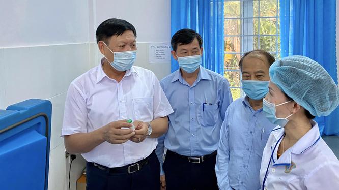 Thứ trưởng Đỗ Xuân Tuyên kiểm tra vaccine bạch hầu tại Trạm y tế xã Đắk Ruồng (Ảnh: Vũ Mạnh Cường)