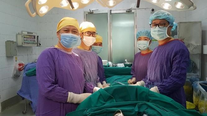 Các bác sĩ phẫu thuật loại bỏ dị vật cho bệnh nhân (Ảnh: BVCC)