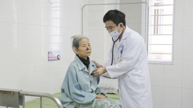 Bác sĩ kiểm tra sức khỏe cho cụ bà 103 tuổi bị nhồi máu cơ tim (Ảnh: BVCC)