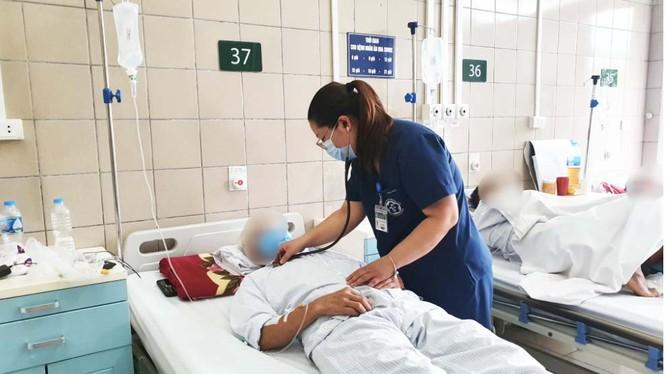 Bác sĩ chăm sóc cho bệnh nhân bị ngộ độc thuốc diệt chuột (Ảnh: BVCC)