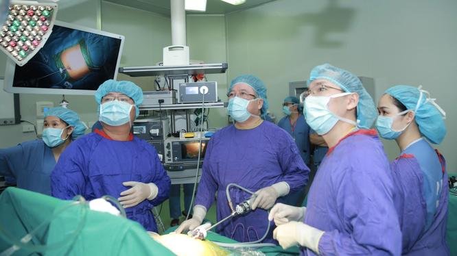 Bác sĩ phẫu thuật thu nhỏ dạ dày cho bệnh nhân bị béo phì nặng tới 95kg (Ảnh: BVCC)