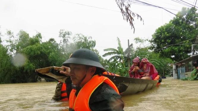 Người dân sơ tán vì mưa lũ (Ảnh: Thảo Vy - nguồn: baothuathienhue.vn)