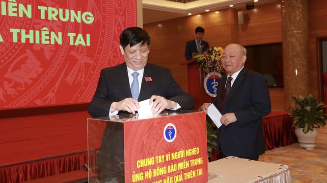 Quyền Bộ trưởng Bộ Y tế Nguyễn Thanh Long ủng hộ đồng bào miền Trung khắc phục hậu quả thiên tai (Ảnh: Tuấn Dũng)