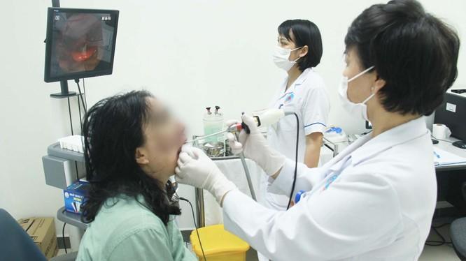 Bác sĩ khám bệnh cho bệnh nhân (Ảnh: Bệnh viện Hữu Nghị)