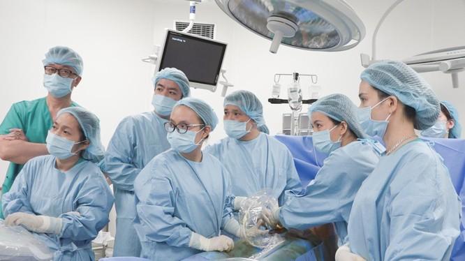 PGS. TS. Nguyễn Duy Ánh cùng ê kíp phẫu thuật cho sản phụ tại Bệnh viện Phụ sản Hà Nội (Ảnh: BV Phụ sản Hà Nội)