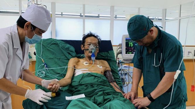 Bác sĩ chăm sóc ông N. sau phẫu thuật (Ảnh: Quỳnh Hương)