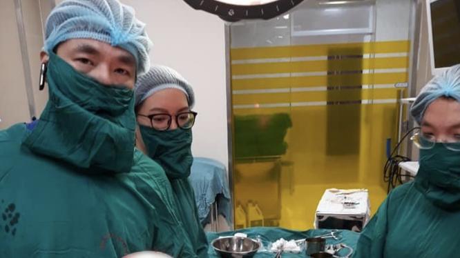 Bác sĩ cắt bỏ khối u xơ (Ảnh: BVCC)