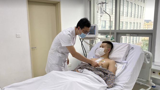 Bác sĩ khám bệnh cho bệnh nhân sau phẫu thuật (Ảnh: BVCC)
