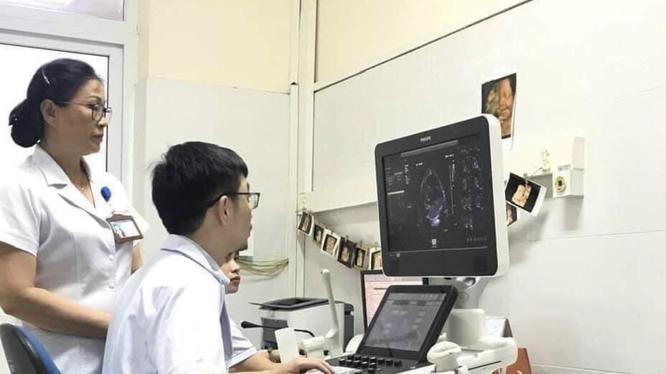 Bác sĩ thăm khám cho bệnh nhân (Ảnh: Bệnh viện Sản nhi Quảng Ninh)