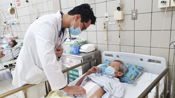 BS. Nguyễn Trung Kiên - Khoa Ngoại tổng hợp, Bệnh viện Bạch Mai - thăm khám, kiểm tra cho bệnh nhân trước khi xuất viện (Ảnh: BVCC)