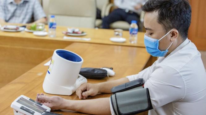 Nhân viên y tế thử nghiệm sản phẩm y tế thông minh (Ảnh: Cục CNTT, BYT)