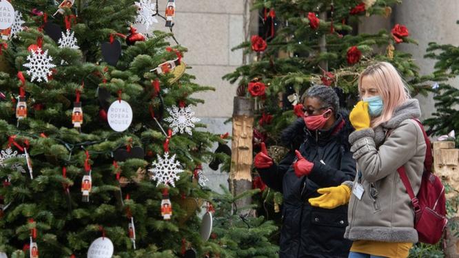 Người dân đeo khẩu trang khi đi chơi giáng sinh (Ảnh minh hoạ - BBC)