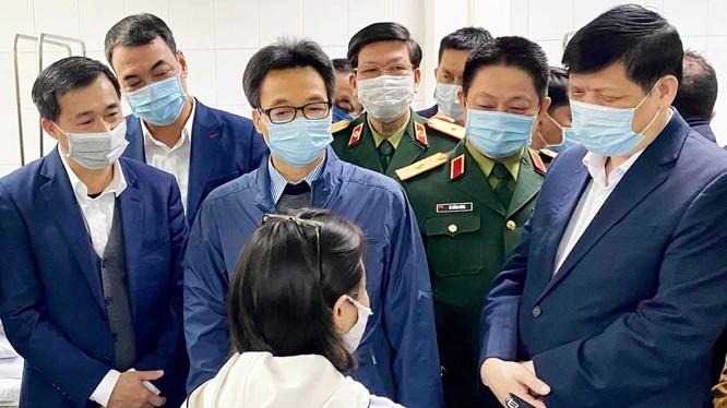 Phó Thủ tướng Vũ Đức Đam cùng lãnh đạo Bộ Y tế tới thăm những tình nguyện viên đầu tiên tiêm vaccine phòng COVID-19 (Ảnh: Mạnh Cường)