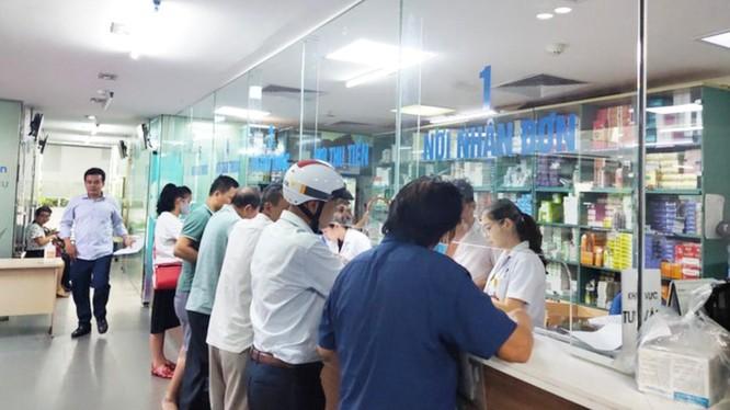Người dân chờ nhận thuốc ở bệnh viện (Ảnh - Minh Thuý)