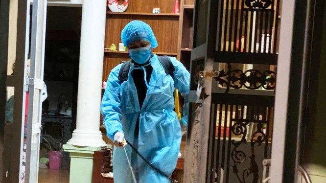 Nhân viên y tế phun khử khuẩn (Ảnh - SYT)