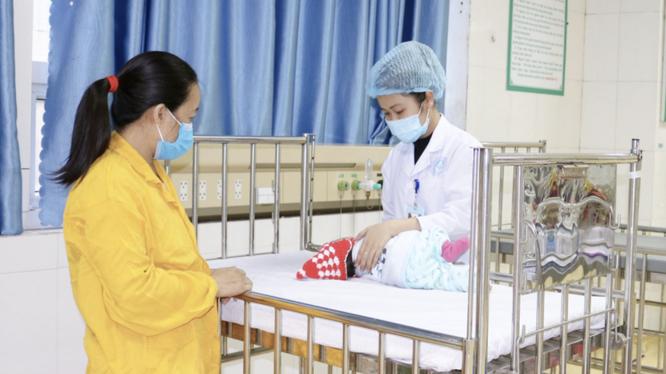 Một em bé phải nhập viện vì gia đình rửa mũi sai cách (Ảnh: BVCC)