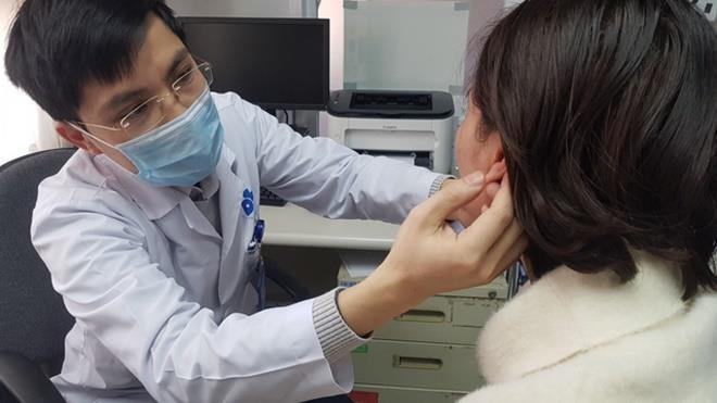 Bác sĩ khám tai cho bệnh nhân (Ảnh: BVCC)