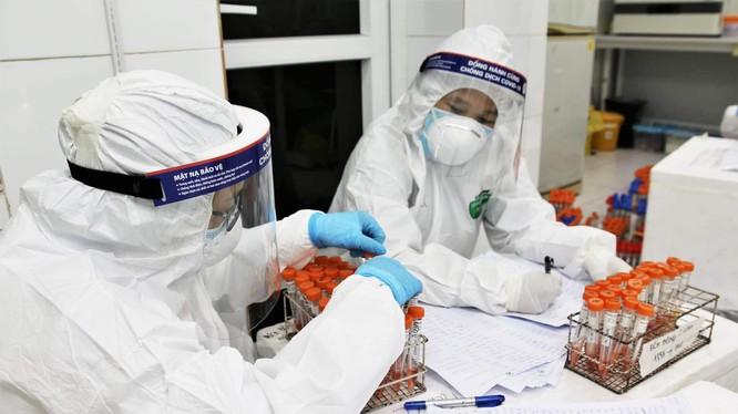 Cán bộ y tế làm việc ở phòng xét nghiệm (Ảnh - BYT)