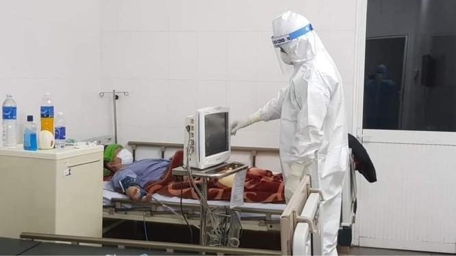 Bác sĩ chăm sóc cho bệnh nhân COVID-19 (Ảnh - BYT)