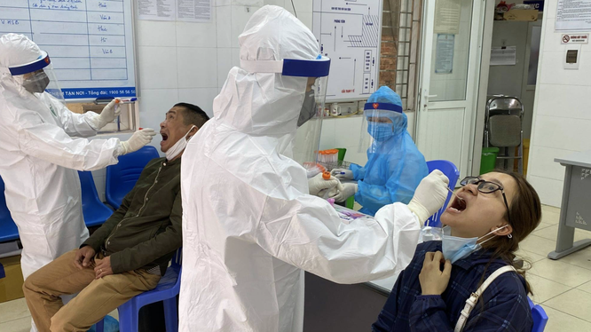 Nhân viên y tế lấy mẫu xét nghiệm cho bệnh nhân mắc COVID-19 (Ảnh - TTYT quận HBT)