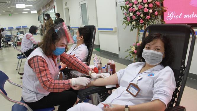 Bác sĩ ở Bệnh viện Hữu Nghị hiến máu tình nguyện (Ảnh - BVCC)