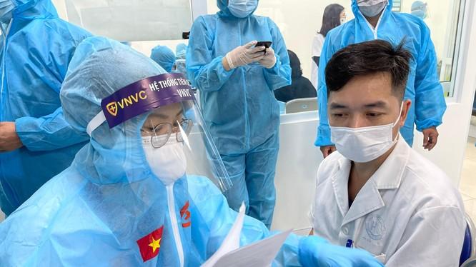Nhân viên y tế kiểm tra hồ sơ chuẩn bị tiêm vaccine phòng COVID-19 (Ảnh - Tuấn Dũng)
