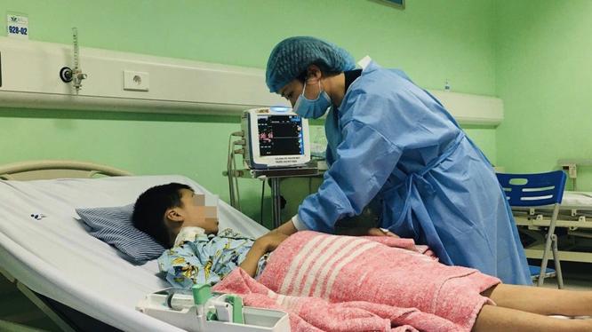Bác sĩ kiểm tra sức khoẻ cho bé (Ảnh - BVCC)