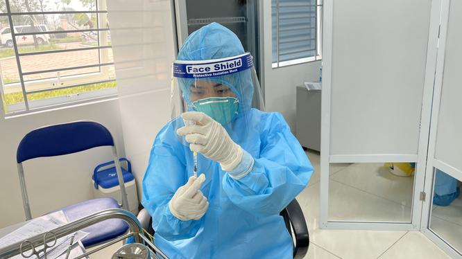 Nhân viên y tế chuẩn bị tiêm vaccine phòng COVID-19 (Ảnh - Tuấn Dũng)