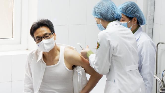 Phó Thủ tướng Vũ Đức Đam tiêm thử nghiệm vaccine phòng COVID-19 Nanocovax (Ảnh - Minh Khôi)