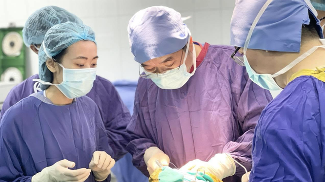 Các bác sĩ phẫu thuật loại bỏ dị vật cho bệnh nhân (Ảnh - BVCC)