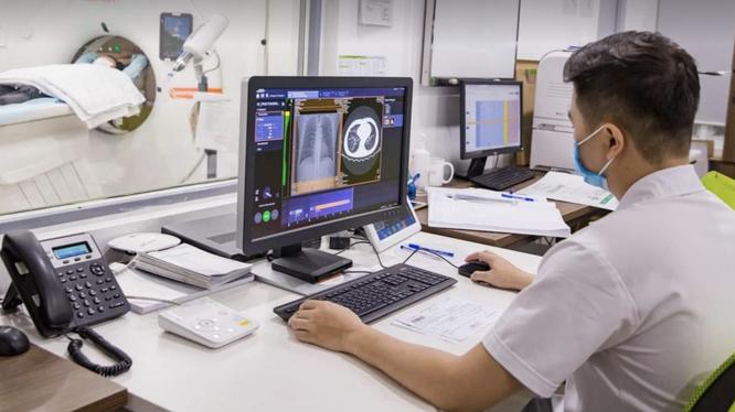 Bác sĩ chụp cộng hưởng từ (MRI) cho bệnh nhân (Ảnh - PKCC)