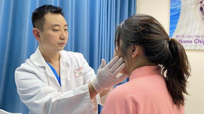 BS. Nguyễn Đình Minh khám cho bệnh nhân (Ảnh - BS. Nguyễn Đình Minh)