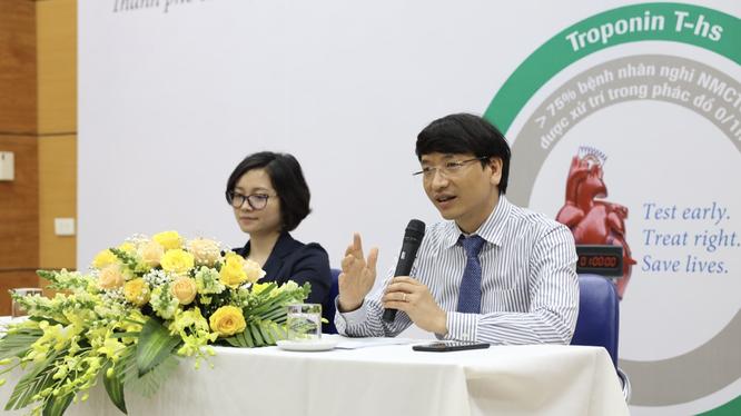 TS.BS Nguyễn Quốc Thái giới thiệu xét nghiệm Troponin T siêu nhạy (Ảnh - Phạm Thành Nguyên)