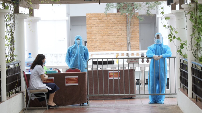 Nhân viên y tế trực ở khu vực cách ly (Ảnh - Trung Nguyên)